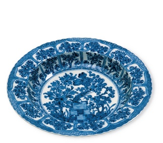 <p>Replica<br /> Porcelain<br /> <em>Qing</em> dynasty,<em> Kangxi</em> period (1680-1720)</p>